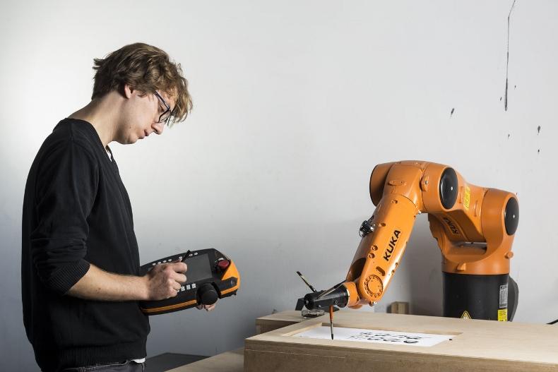 Projekt kaligrafii pisanej robotem przemysłowym