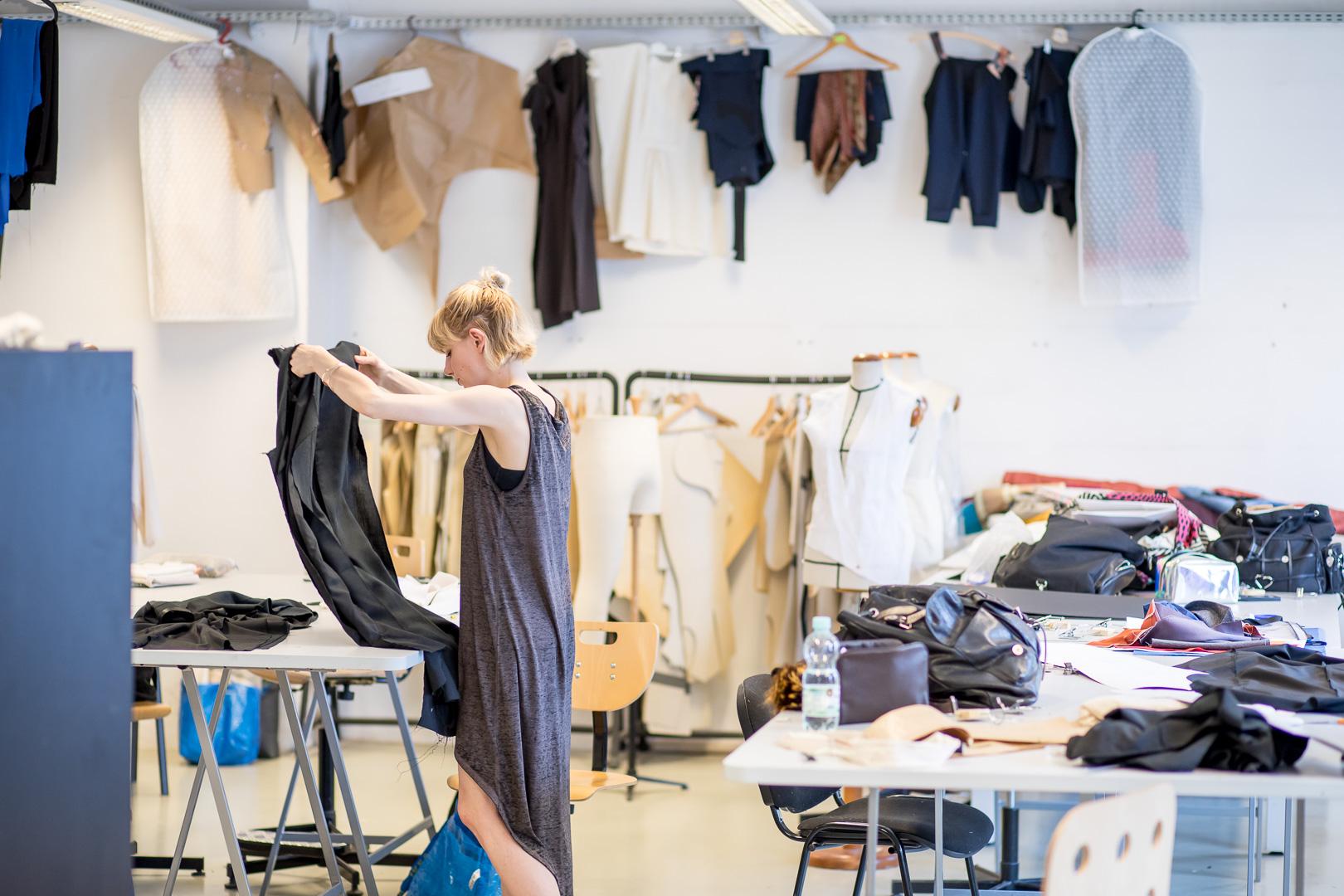 Czy projektant mody musi umieć szyć? Wykład Piotra Szaradowskiego